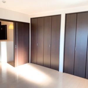 ◆主寝室には大きな収納がありますよ♬