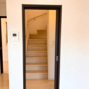 ◆リビング階段ですが冬場に冷気がリビング内に入り込まない様に引き戸が付いてる嬉しさです♬