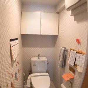 ●上部に収納付きの御手洗いです♪勿論ウォシュレット機能と暖房便座も付いてます