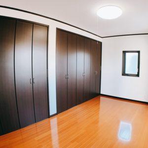 ※主寝室には壁めいいっぱいにクローゼットがありますよ♪