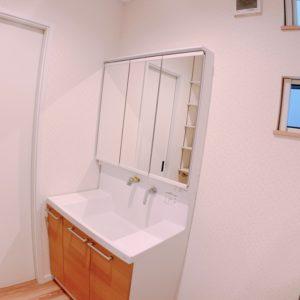 ◆収納力豊富な洗面化粧台です、背面にはタオルも収納できる可動棚が沢山ついてますよ♪