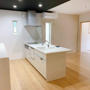 ◆白を基調としたお洒落な家です(^-^)アイランドキッチンで家族の顔を一望できますよ♫