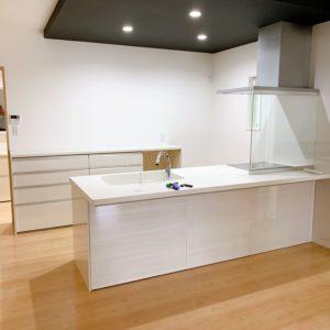 ◆キッツチン上部の下がり天井はシンプルな空間に大きな存在感がでますね(^-^)どんな家具で飾りますか?わくわく。。