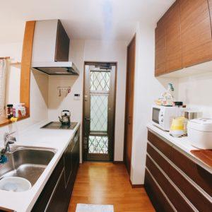 ◆キッチンの背面は収納たっぷりのレンジ台が付いています♪