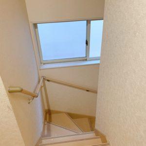 ★階段にも大きな窓がありここも明るいです(≧▽≦)