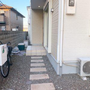 ★玄関前はスペースが広くありますので、いろいろ置くことができます♪