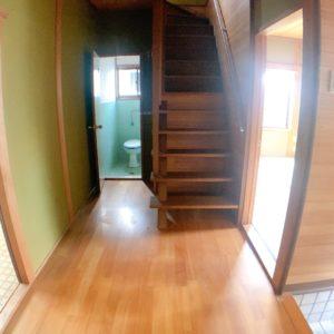◆左はダイニングキッチンへ♪右は和室6帖へ♪奥にトイレで配置良好♪