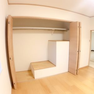 ◆大きなクローゼットの中は、上手に階段の上を有効活用しています♪