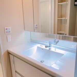 ◆収納力豊富な幅広の洗面化粧台。