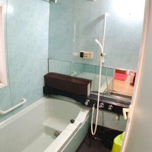 ◆1坪サイズのお風呂となります。ベンチ浴槽で節水のできますよ。
