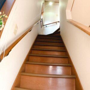◆玄関ホールからの階段です♪プライバシーが保てる嬉しい配置です。階段も緩やか(^^♪