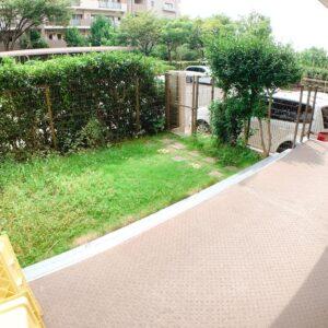 ◆テラスからは車庫にも出入りができてゆとりの庭では家庭菜園やペットの癒しの日向ぼっこにも活用できますね。