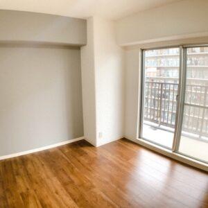 ◆5.6帖の寝室です、大きなバルコニーに面していて日当たりも風通しも良好です♫